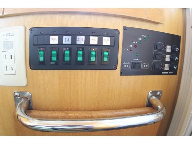 トヨタ カムロード  キャンピングカー ナッツRV ミラージュ 1500Wインバーター シンク コンロ 架装部TV 走行中リアヒータークーラー 走行充電 ツインサブ ルーフベント 走行充電 外部充電 7名乗車6名就寝