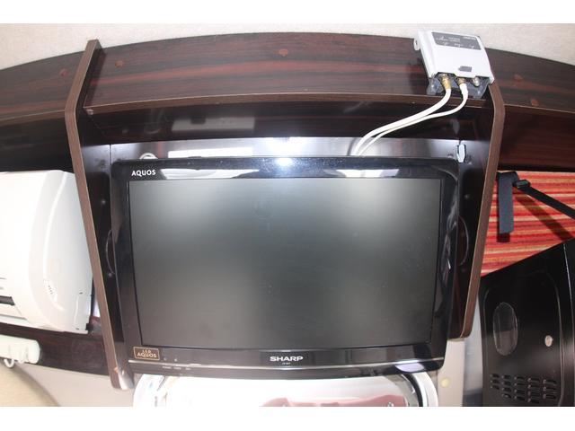 架装部用TV付きで後席の人も退屈しません!!