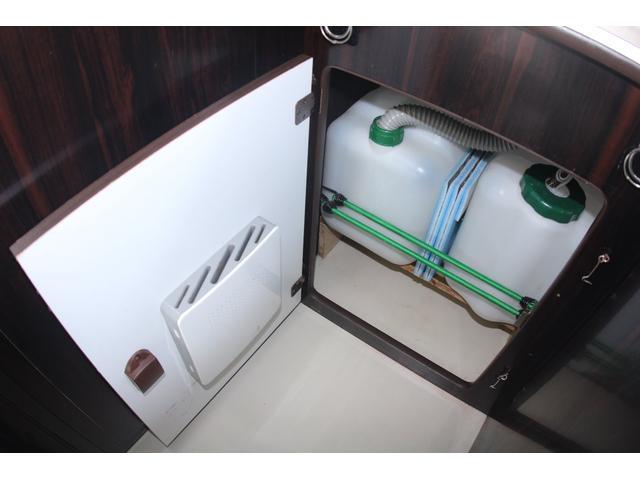 給水・排水はポリタンクです。ポリタンクなら持ち運び等も簡単ですね♪