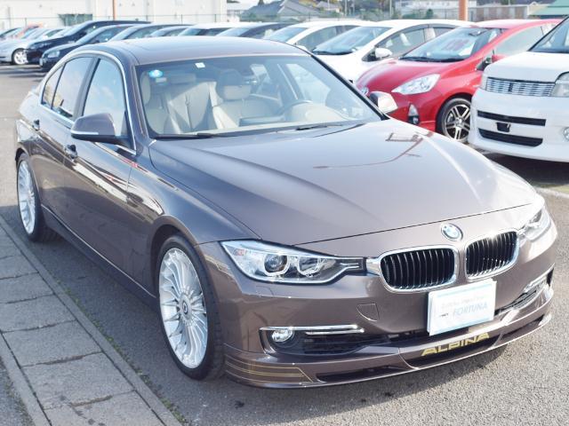 見た目はBMW3シリーズと似ていますが、BMW公認の独自モデルのアルピナ!Mモデルとはまた違う魅力満載のスポーツセダンです!
