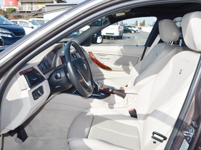 アイボリーの内装、ウッドトリムがBMWのスポーティモデルとは異なり、アルピナらしい高級感があります!