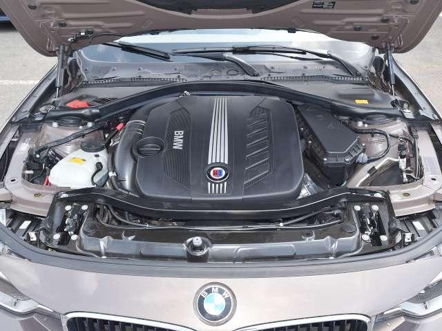 エンジンカバーに輝くアルピナのエンブレム。強烈なトルクを生み出す3リッター直6ツインターボエンジン!