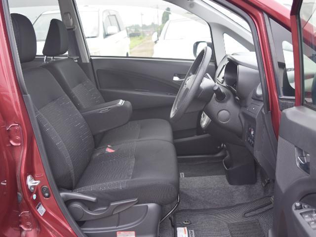 肘掛け付きの運転席で楽に運転!