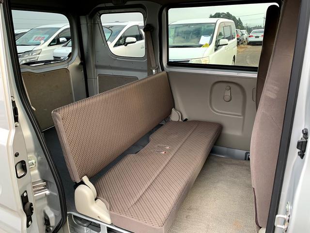 後部座席はベンチ式なので簡単にフラットになります!