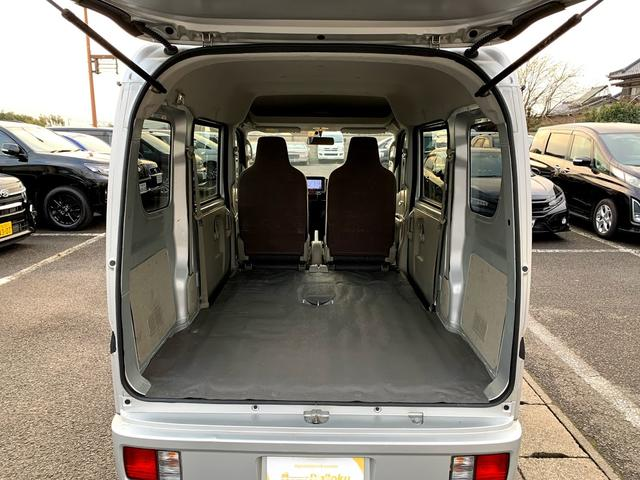後部座席を畳むとフラットになり、更に大きな荷物も積めます!