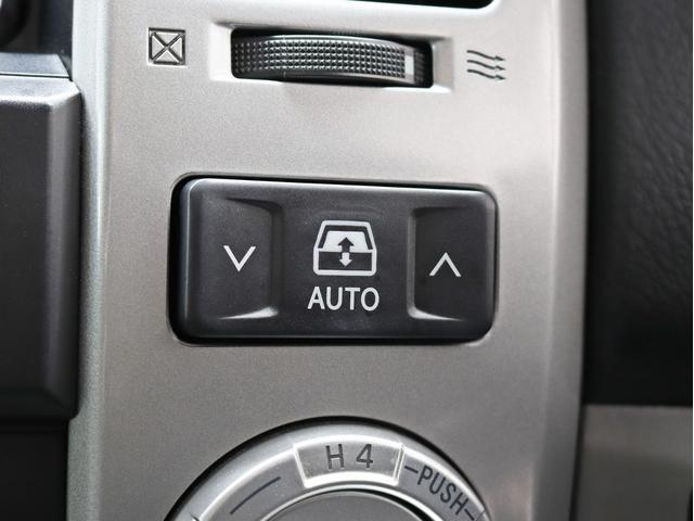 バックドアのパワーウインドウが開閉できるのもハイラックスサーフならではの魅力の一つですね!狭い駐車場などでバックドアを開けにくい時に役立ちます。もちろん、キーのリモコンでも開けることができます。