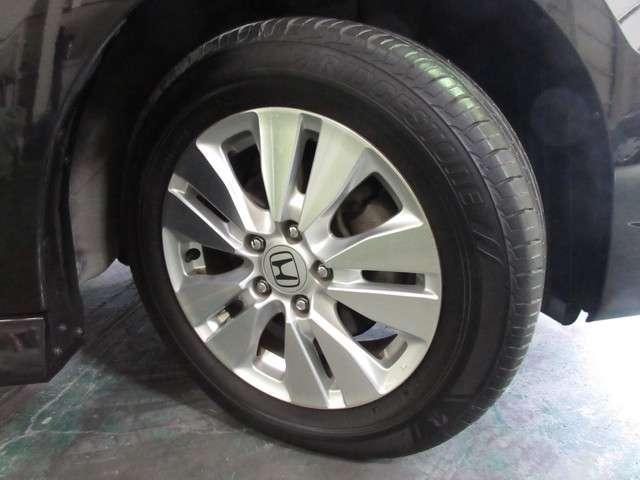 タイヤはブリヂストン エコピア 7分山程度 2018年製がついています。そして足元を精悍に引き締めるホンダ純正16インチアルミホイール、おしゃれは足元から、カッコイイですね!