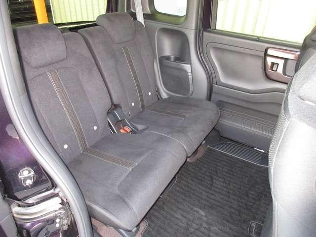 前席との距離や荷室長を左右で別々に調節できるスライドシートを標準装備しております。操作は荷室側からも行なうことができます!