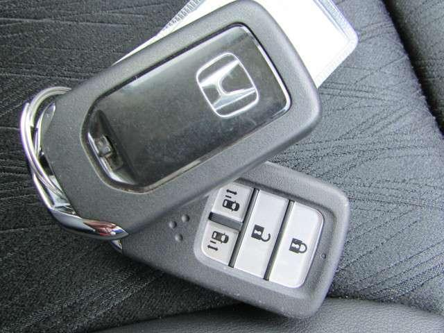 人気のスマートキーを装備しております!鍵をカバンやポケットに入れたままでもエンジンスタートやドアロックできる楽々の快適装備☆