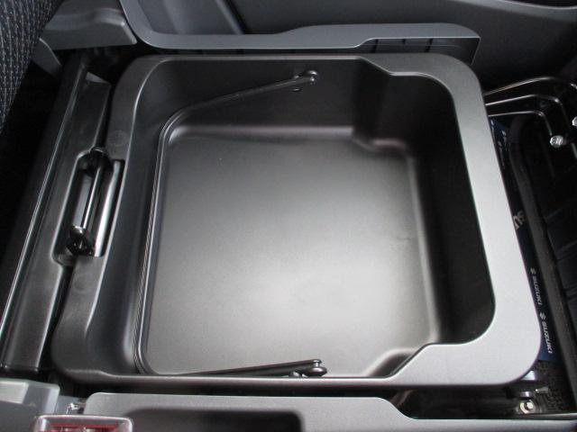 【助手席シートアンダーボックス】助手席の下の小物入れ。車検証などをここに入れてはいかがですか♪