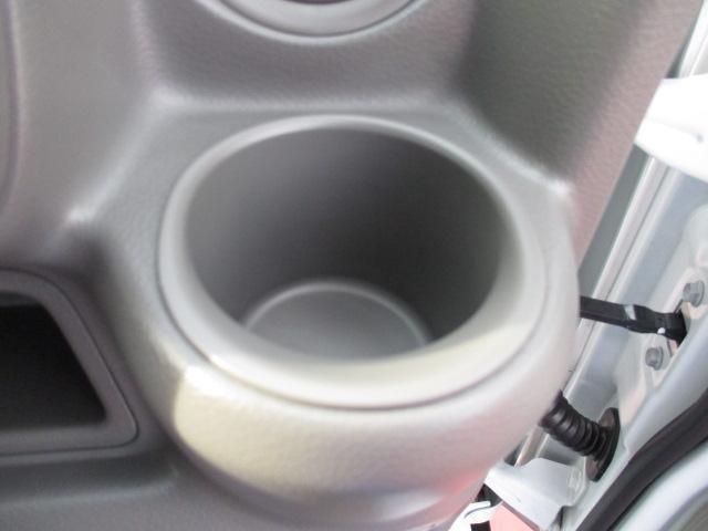 【ドリンクホルダー】運転席にドリンクホルダーを配置しております。小物も置けるスペースもあるのです!