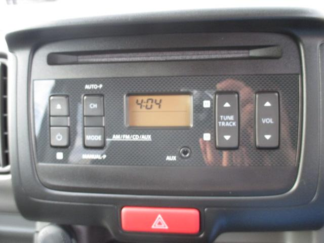 【純正CDプレーヤー】CD・ラジオ(AM/FM)プレーヤーです。ナビゲーション装着時は、外してこの場所にナビゲーションを取り付けます!