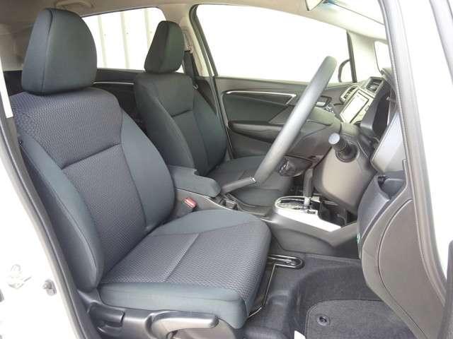 フロントシートは、肩まわりの開放感と腰まわりのサポート性を兼ね備えたデザインです。高さ調整ができる『シートハイトアジャスター機能』が付いています。自分にぴったりの運転姿勢がとれますね。