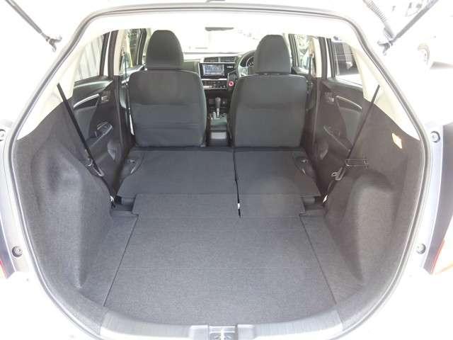 リア席空間を広げながらも、テールゲートの薄型化などにより363Lの荷室容量を確保。リア席使用状態でスーツケース4個を積むことができます。床下にも23Lの収納スペースを備えています。