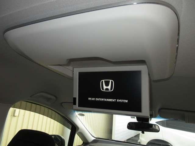 リア席モニター付きで、後部座席の方も大喜び。見たいテレビやDVDなどが楽しめます。みんなでワイワイ楽しいドライブですねぇ♪