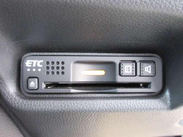 今や必需品のETCが付いています。高速道路の料金所をノンストップで通過できます。雨の日などに、せっかくの快適な車内環境なのに、窓を開けてチケットのやり取りはしたくないですよね。