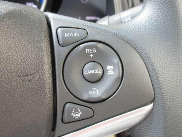 アクセルペダルを踏まずに設定した車速を保つクルーズコントロールに、前走車を検知し、自動で加減速を行う機能を追加。高速道路などで車速と車間を適切に制御します。