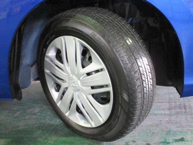 タイヤは2018年製ブリヂストンのエコピア185/60R15を装着しております。溝の残りは8分山になります。純正ホイールカバー付きです。その他にご不明な点がございましたらお気軽にお問い合わせください。