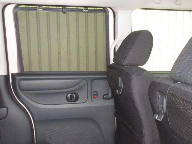 リアシートのウィンドウには、強い日差しを和らげるロールサンシェイドが付いております!シートバックにはコンビニなどの袋をさげておけるコンビニフックも付いていて便利で快適にくつろげる空間になっています。