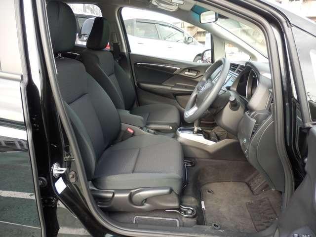 フロントシート画像になります、足元余裕あります。
