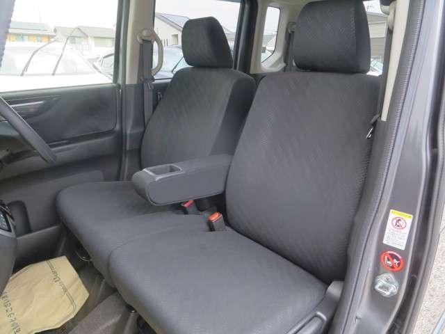 ☆前席には折りたたみ式大型アームレストを装備☆運転席は高さ調整が出来る『ハイトアジャスター』付で、ハンドルの高さ調整機能と合わせて、より快適な運転姿勢が確保できますネ♪