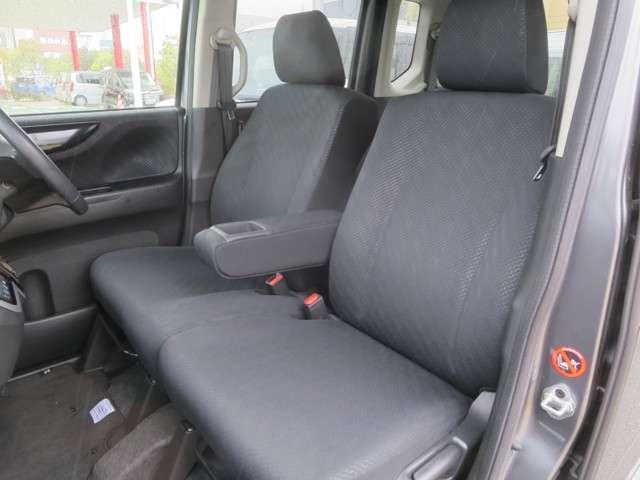 ☆前席は大型アームレスト装備のベンチシート仕様☆運転席は高さ調整付で、ハンドルの高さ調整と合わせて、より快適な運転姿勢が確保できますネ☆