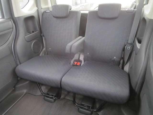 ☆後席でもゆったり・快適にお乗りいただけるように、一段階のリクライニングと折りたたみ式アームレストを装備☆