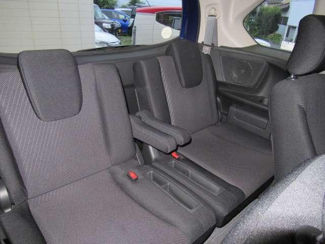 3列目シートのお写真です。 車内が広く窮屈に感じにくくなっております♪