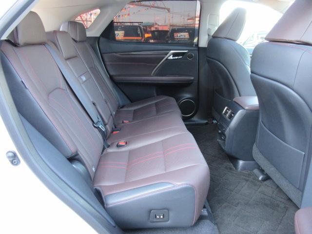 後席も使用感無くグッドコンディションです♪シートヒーター機能付き♪足元も広くゆったりとしていて長距離も疲れませんね♪