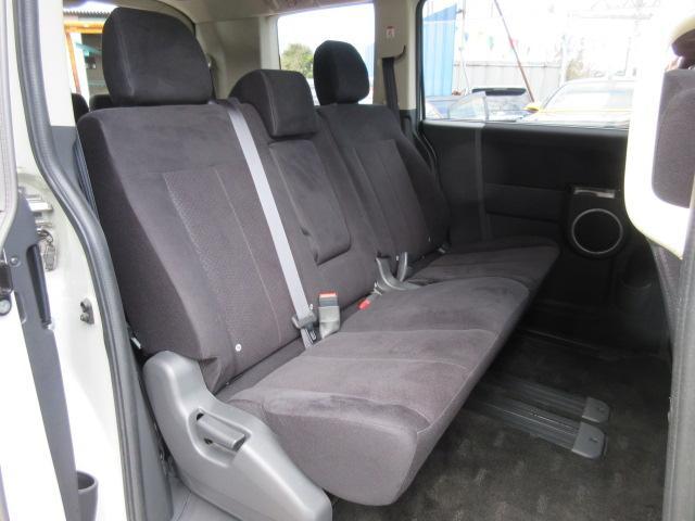 2列目シートは、人気の8人乗りベンチシートモデルになります♪ 多人数でも十分なスペースもあり、ドライブをサポートしてくれます♪ 中央部には収納式のひじ掛けが装着されております♪