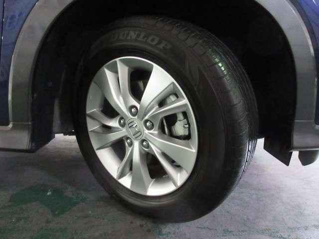 タイヤは ダンロップ エナセーブ 5分山程度 2014年製がついています。そして足元を精悍に引き締めるホンダ純正16インチアルミホイール、おしゃれは足元から、カッコイイですね!