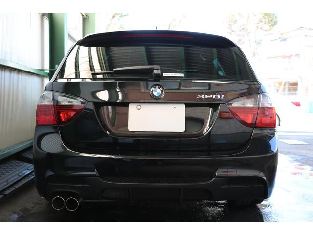 ブラックライン・テールライトは黒いボディだとより締まって見えて素敵ですね。BMWパフォ-マンスのリヤスカートセットにカーボンのディフューザーが付き、マフラーも装着されています。控えめな低音が痺れます♪