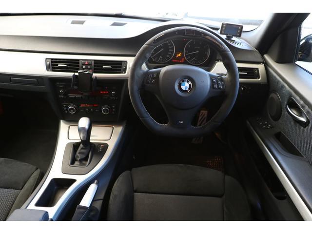 車内で目立つのはBMWパフォーマンスのスポーツステアリングです。色々な情報を表示したりLEDが点灯してレーシーな気分を盛り上げます。シフトノブ&サイドブレーキ&ブーツ&ペダルまでBMWパフォーマンス!