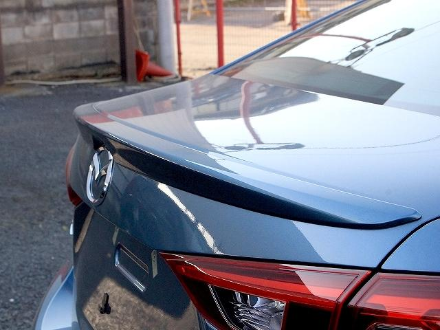 車体を安定させるリアスポイラーが設けられております。