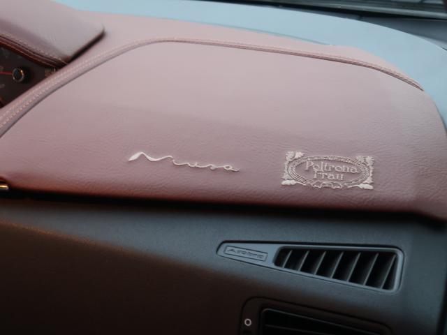 ポルトローナ・フラウの刺繍です。ダッシュボードは革が縮んでめくれてしまうので、PVCレザーで張り替えて、刺繍もし直しております。