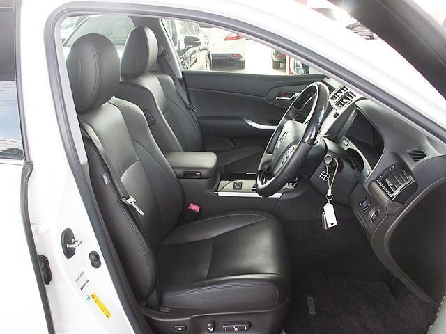 純正オプションの本革シート仕様☆座席の調整も電動なので楽々可能です!