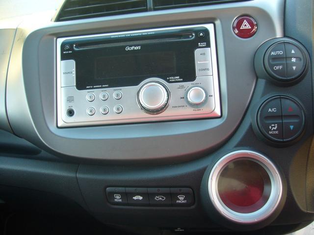 自動で温度を調節してくれるオートエアコンが装備されています