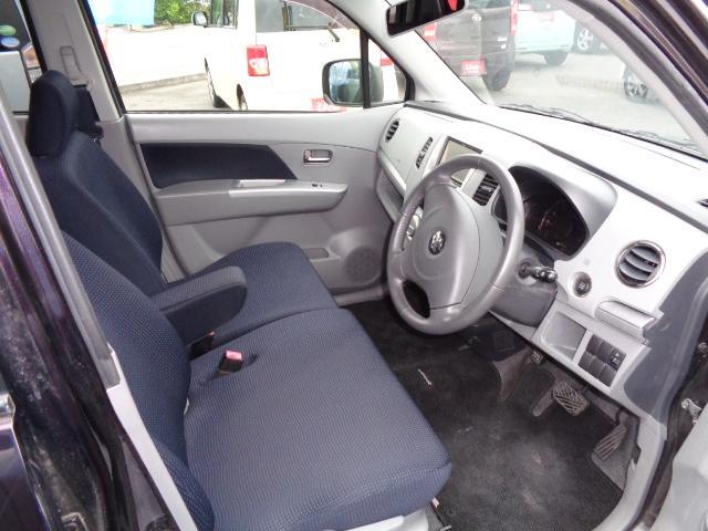 運転席☆中央にひじかけ付き!運転の小休止に役立ちますね♪