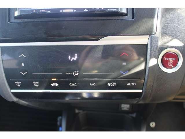 外気の温度に合わせて自動調整できるオートエアコン付き!