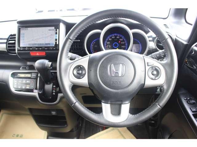 ステアリングには手をはなさずにシフトチェンジがおこなえるパドルシフトが付いています!マニュアル車のような感覚で操作することが出来ます。運転の楽しみが広がります!