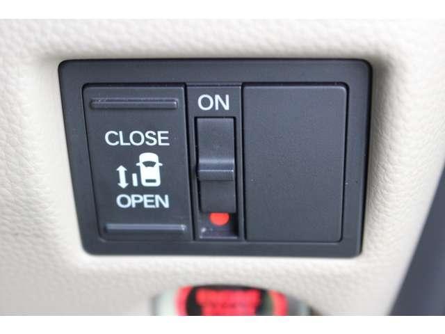 左側パワースライドドア付で、挟み込み防止機能によりお子様の乗り降りも安心!車内・車外のドアハンドルからはもちろんのこと運転席スイッチやリモコンキーからも開閉操作が可能で大変便利な装備となっております!