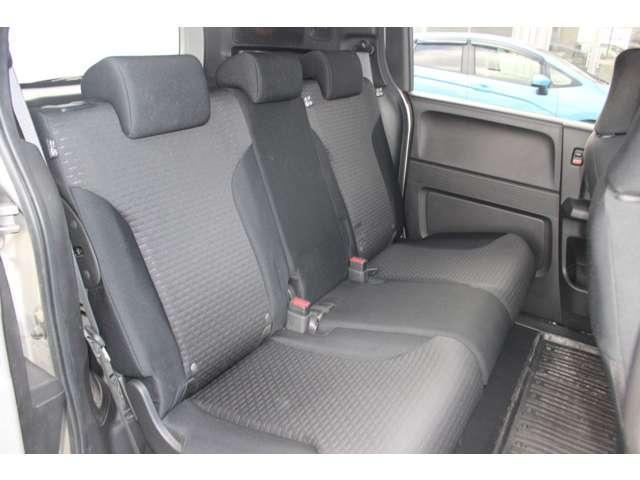 2列目シートも足元はゆったりしており快適にお座り頂けます!後部座席にお乗りの方も楽しく広々と使用できます!!