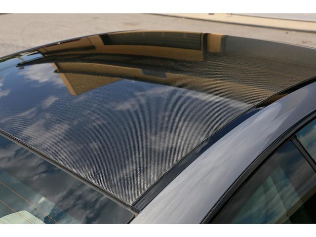 軽量なカーボンルーフが採用されております。経年劣化でクリアが剥げたり変色した車両が増える中、当車両は綺麗な状態でございます。
