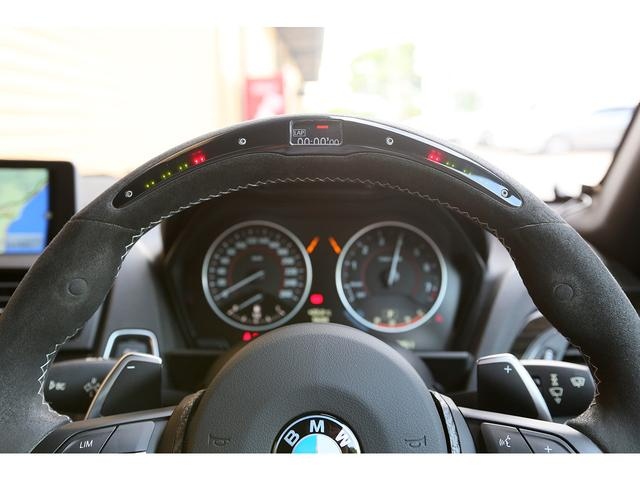 M Performance スポーツステアリングホイール II ディスプレイ付が選択されています!フォーミュラカーのステアリングを彷彿させるようなシフト ポイント インジケーターが付いております!