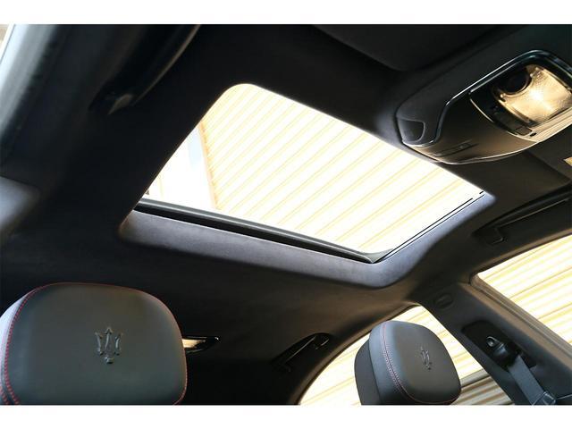 サンルーフがオプションとして選択されています!開放感をお楽しみいただけながらドライブが可能でございます!また、車内が明るくなります!