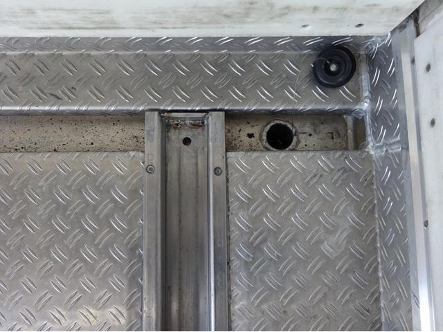 低温冷凍車 -30℃設定 左両開観音扉 リアエアサス ワイド ベッド付 2750kg積み 240馬力(24枚目)