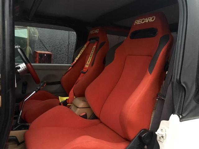運転席、助手席共にレカロシートを採用。山や川で、本領発揮ですね
