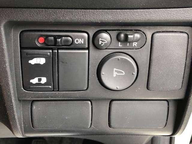 左側は電動のパワースライドドアとなっております。低床設計で運転席も楽々乗り降りできます。ドアも大きく開きますので、一段と乗り降りがしやすいです。