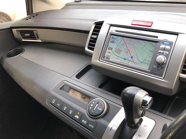 オーディオ操作が可能なステアリンリモコンは運転中の視線をそらすことなく選曲やボリューム調整ができます。