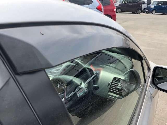 ドアバイザーが装着されています。雨の日にも窓を開けて車内の換気が出来ます。